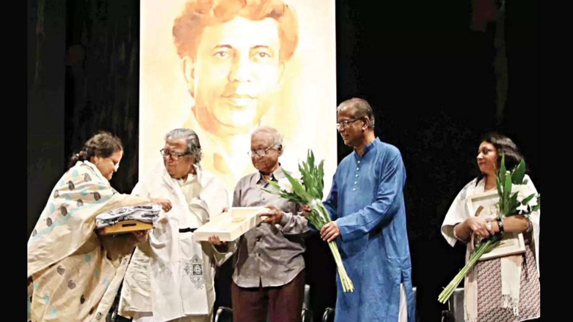 সেলিম আল দীন পদক ২০১৫ প্রাপ্ত কলকাতার অধ্যাপক অরুণ সেন।